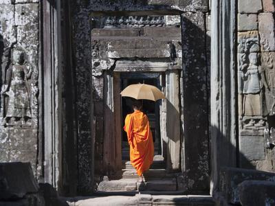 https://imgc.artprintimages.com/img/print/monk-with-buddhist-statues-in-banteay-kdei-cambodia_u-l-pha3l80.jpg?p=0