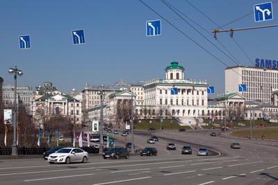 https://imgc.artprintimages.com/img/print/moscow-boulevard-to-the-greater-stone-bridge-traffic_u-l-q11waw70.jpg?p=0