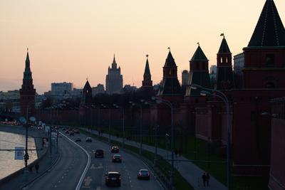 https://imgc.artprintimages.com/img/print/moscow-kremlin-shore-riverside-road-dusk-silhouettes_u-l-q11vu4b0.jpg?p=0