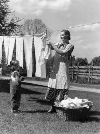 https://imgc.artprintimages.com/img/print/mother-and-daughter-doing-laundry-hanging-wash-on-clothesline-in-backyard_u-l-q10brl30.jpg?p=0
