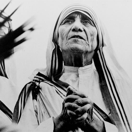 Mother Teresa of Calcutta Prays During a Religious Service--Photographic Print
