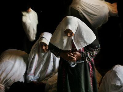 https://imgc.artprintimages.com/img/print/muslim-women-worshippers-pray-inside-the-golden-dome-of-the-rock_u-l-q10oln90.jpg?p=0