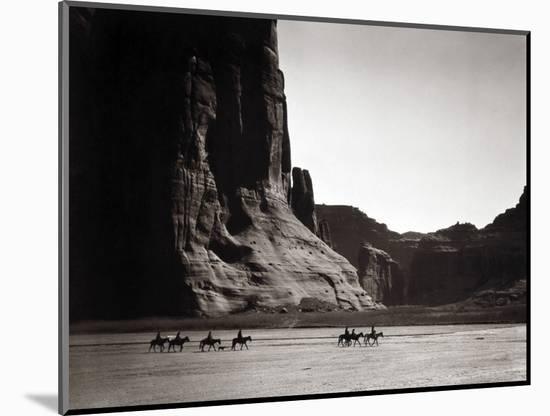 Navajos: Canyon De Chelly, 1904-Edward S^ Curtis-Mounted Photographic Print