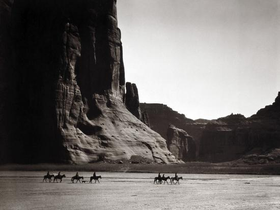 Navajos: Canyon De Chelly, 1904-Edward S^ Curtis-Photographic Print