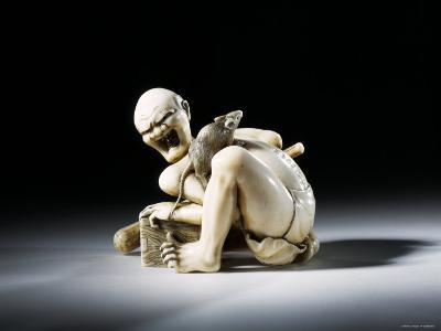 Netsuke Figure of the Thwarted Rat Catcher in Carved Ivory, 19th Century--Photographic Print