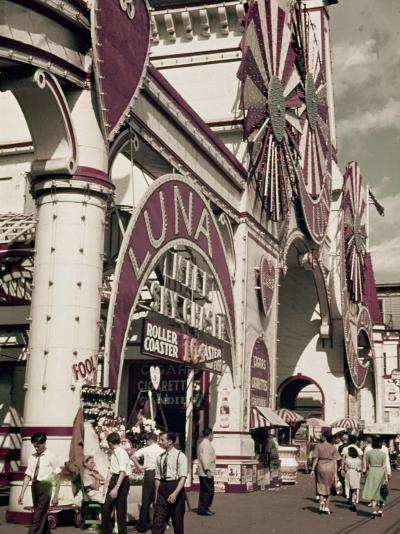 New Yorkers Come to Coney Island for Entertainment-Willard Culver-Photographic Print