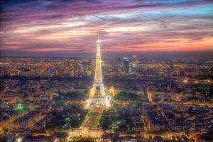 The sparkling lights of the Eiffel Tower by Nick Jackson