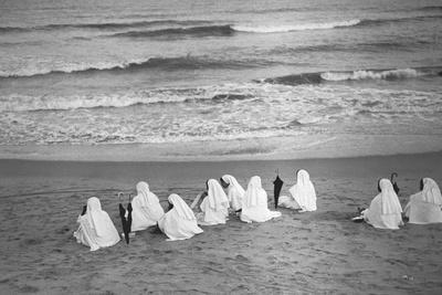 https://imgc.artprintimages.com/img/print/nuns-at-marina-beach-chennai_u-l-pllu070.jpg?p=0