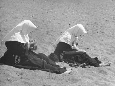 https://imgc.artprintimages.com/img/print/nuns-on-the-beach_u-l-q10szp70.jpg?p=0