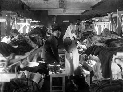 Nurses Tending the Wounded on a Red Cross Train, C.1915--Photographic Print