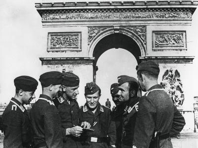 Occupying German Troops at the Arc De Triomphe, Paris, June 1940--Photographic Print