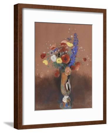 Bouquet de fleurs des champs dans un vase à long col