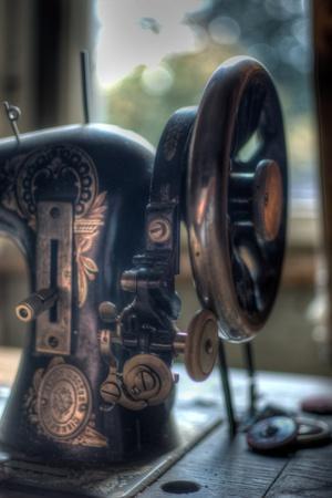 https://imgc.artprintimages.com/img/print/old-sewing-machine_u-l-pz0qdn0.jpg?p=0