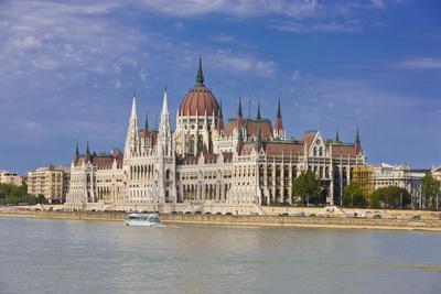 https://imgc.artprintimages.com/img/print/parliament-on-the-banks-of-the-river-danube-budapest-hungary-europe_u-l-pnps840.jpg?p=0