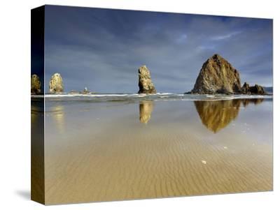 Needles and Haystack Rocks, Canon Beach, Oregon, USA