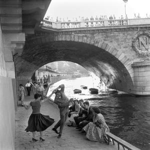 Rock 'n' Roll sur les Quais de Paris by Paul Almasy