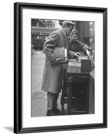 Paul Newman Shopping with His Wife, Joanne Woodward-Gordon Parks-Framed Premium Photographic Print