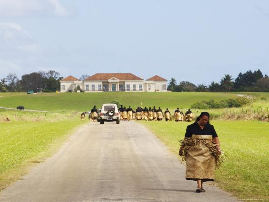 Paying Tribute to the New King of Tonga-Oliver Strewe-Photographic Print