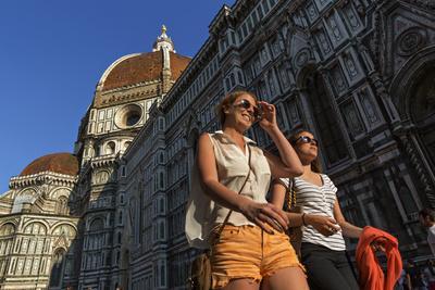 https://imgc.artprintimages.com/img/print/people-passing-the-basilica-di-santa-maria-del-fiore-crowned-by-the-brunelleschi-cupola_u-l-polnt30.jpg?p=0