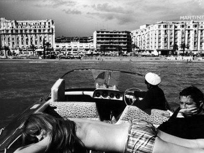 https://imgc.artprintimages.com/img/print/people-sunbathing-during-the-cannes-film-festival_u-l-p6e4ht0.jpg?artPerspective=n
