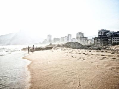 https://imgc.artprintimages.com/img/print/people-walk-on-ipanema-beach-as-the-sun-sets_u-l-pu7dwg0.jpg?p=0