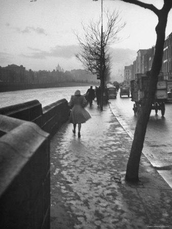 https://imgc.artprintimages.com/img/print/people-walking-through-dublin-in-the-rain_u-l-p3oikm0.jpg?p=0