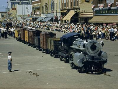 https://imgc.artprintimages.com/img/print/people-watch-a-miniature-train-parade-on-main-street_u-l-p8ipyc0.jpg?p=0