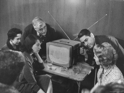 https://imgc.artprintimages.com/img/print/people-watching-senator-john-f-kennedy-on-tv-after-his-victory-in-the-primary-election_u-l-p3pvj20.jpg?p=0