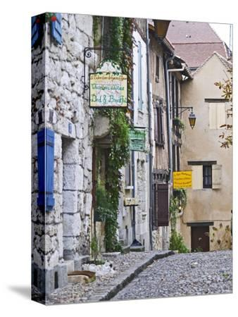 Cobblestone Street in Old Town with Stone Houses, Le Logis Plantagenet Bed and Breakfast