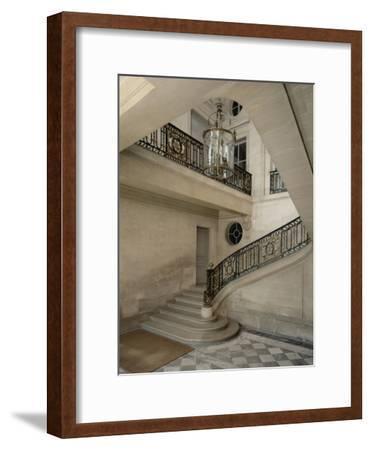 Petit Trianon: Vue du vestibule et de l'escalier, avec la rampe en fer forgé aux chiffres de