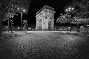 Arc De Triomphe in Black and White by Philippe Manguin