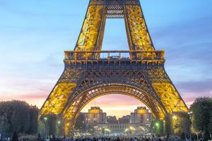 Eiffel tower focus by Philippe Manguin