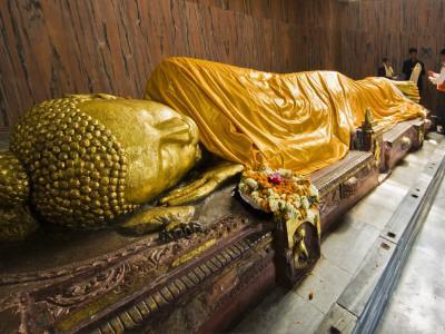 https://imgc.artprintimages.com/img/print/pilgrims-placing-scarves-on-6m-recumbent-statue-of-dying-buddha-in-parinivarna-temple_u-l-pd6lnc0.jpg?p=0