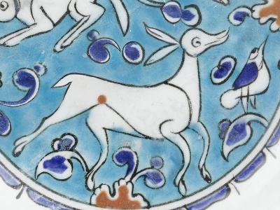 Plat à décor de lièvre, chien, antilope et petit oiseau--Giclee Print