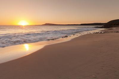 https://imgc.artprintimages.com/img/print/playa-papagayo-beach-at-sunset-near-playa-blanca-lanzarote-canary-islands-spain_u-l-q12qpfg0.jpg?p=0