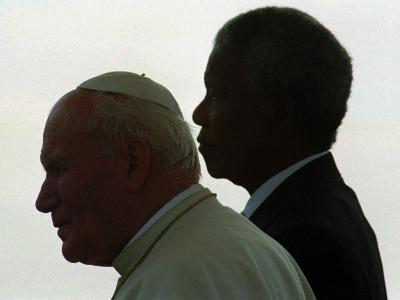 Pope John Paul II and South African President Nelson Mandela--Photographic Print