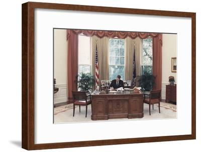 President Reagan Working at His Desk in the Oval Office. July 15 1988. Po-Usp-Reagan_Na-12-0101M