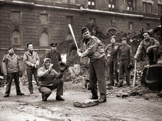 15-american-soldiers-playing-baseball-amid-the-ruins-of-liverpool-england-1943