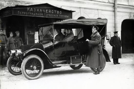 a-car-outside-the-treasury-of-the-petrograd-city-council-1900s