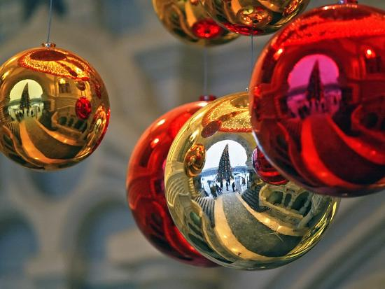 a-christmas-tree-in-red-square-in-moscow