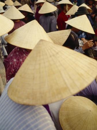 a-crowd-of-people-in-conical-straw-hats-at-a-wet-market-in-hoi-an