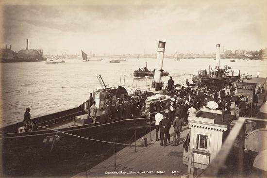 a-paddle-steamer-disembarking-passengers-at-greenwich-pier-london-c1890