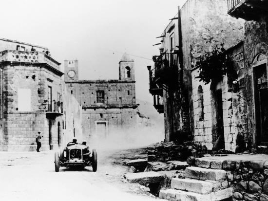 achille-varzi-in-a-p2-alfa-romeo-grand-prix-car-in-the-targa-florio-race-sicily-1930