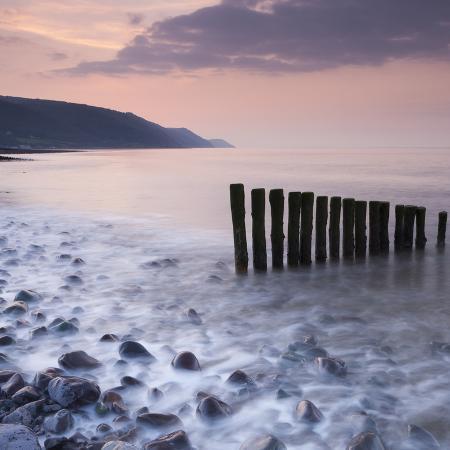adam-burton-wooden-groynes-on-bossington-beach-at-sunset-exmoor-national-park-somerset-england-spring