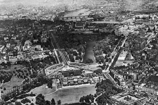 aerial-view-of-buckingham-palace-london-1926-1927