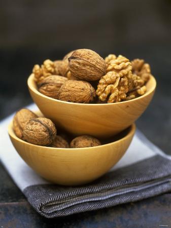 akiko-ida-walnuts-in-wooden-bowls