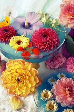 alaya-gadeh-table-decoration-coloured-blossoms-and-water-bowl