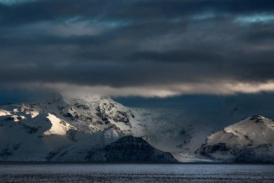 alex-saberi-a-dramatic-sunrise-over-mountains-in-iceland