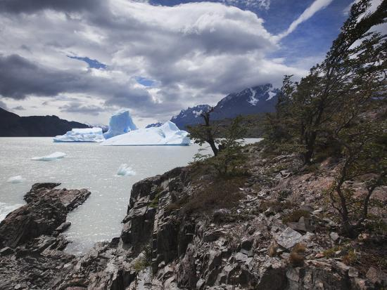 alex-saberi-a-huge-iceberg-from-the-nearby-glacier-on-lake-grey