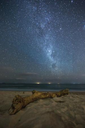 alex-saberi-the-milky-way-above-itamambuca-beach-at-night-and-ship-lights-on-the-horizon